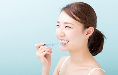 歯磨きする女性の写真
